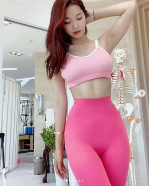 오또맘, 개미 허리로 뽐낸 늘씬한 몸매...핑크 레깅스로 더한 완숙美
